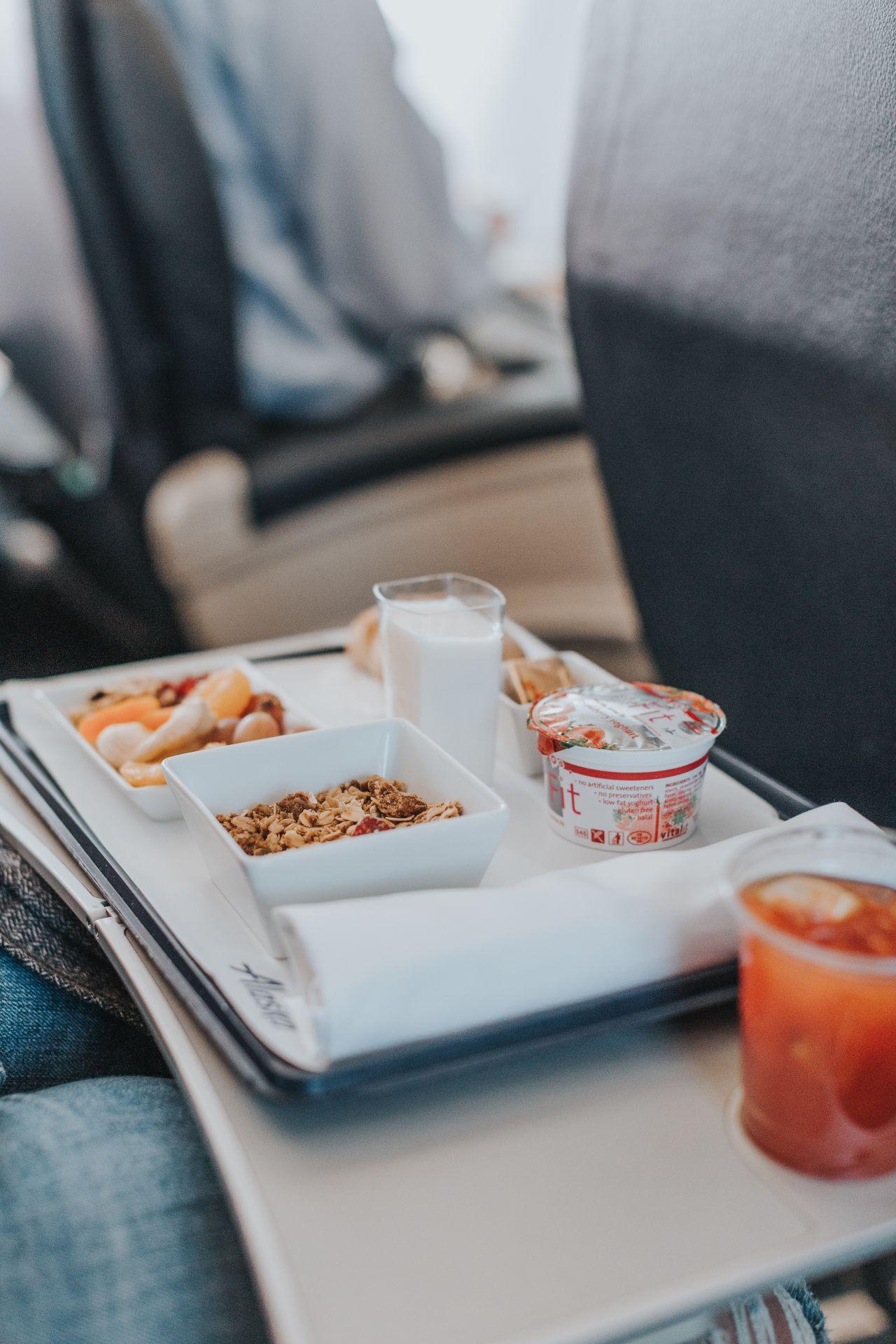 La razón por la que las compañías aéreas deberían prohibir definitivamente el consumo de frutos secos a bordo